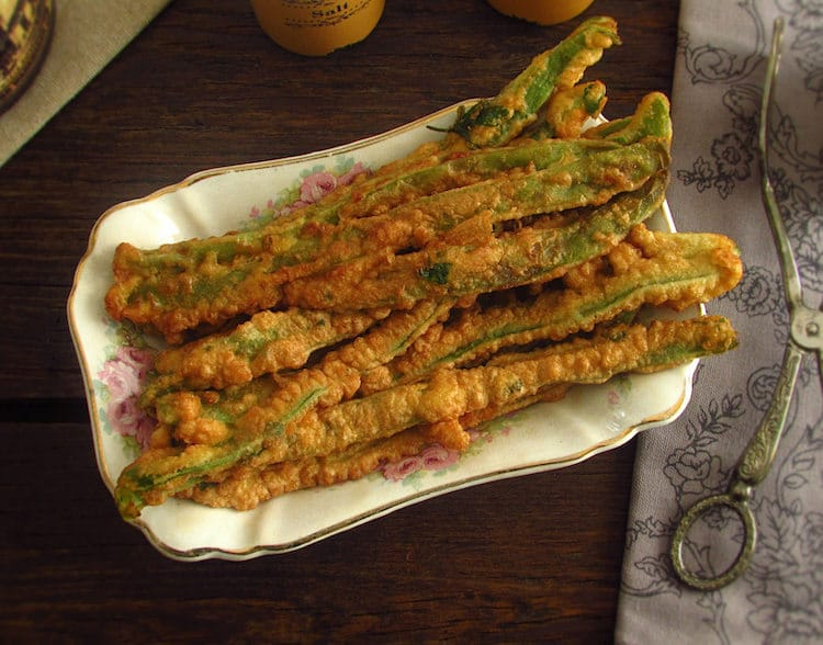 Peixinhos da horta (fried green beans) on a platter