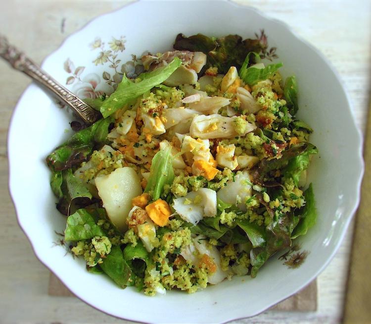 Salada de bacalhau com broa de milho numa taça