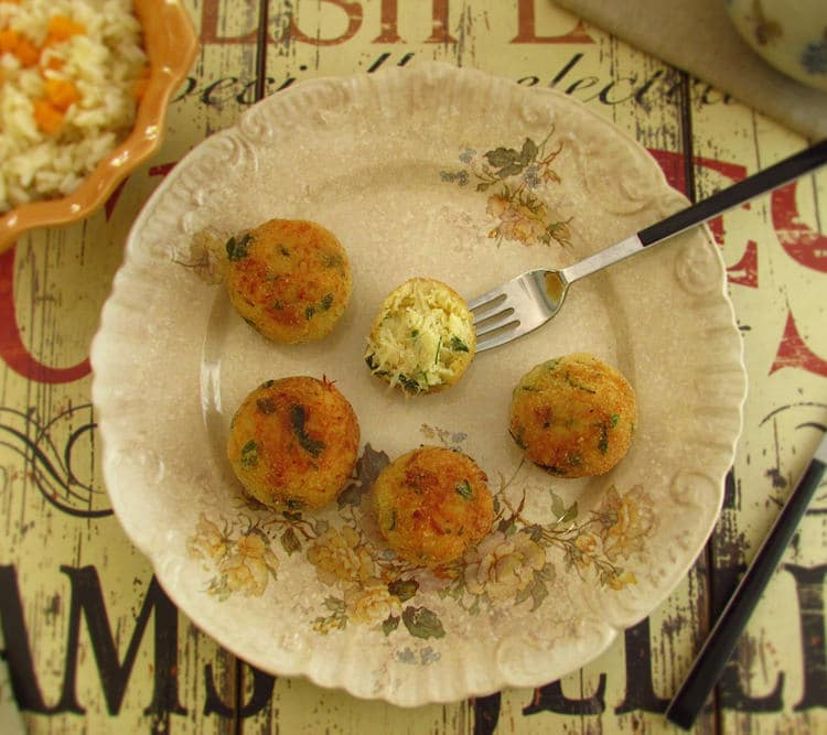 Almôndegas de bacalhau num prato
