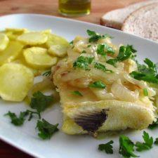 Bacalhau com batatas fritas numa travessa