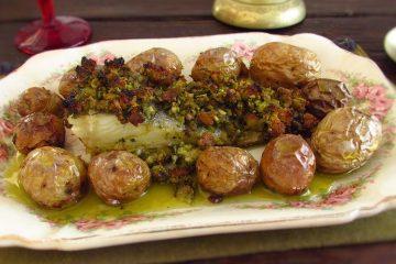 Bacalhau com broa de milho e batatas numa travessa