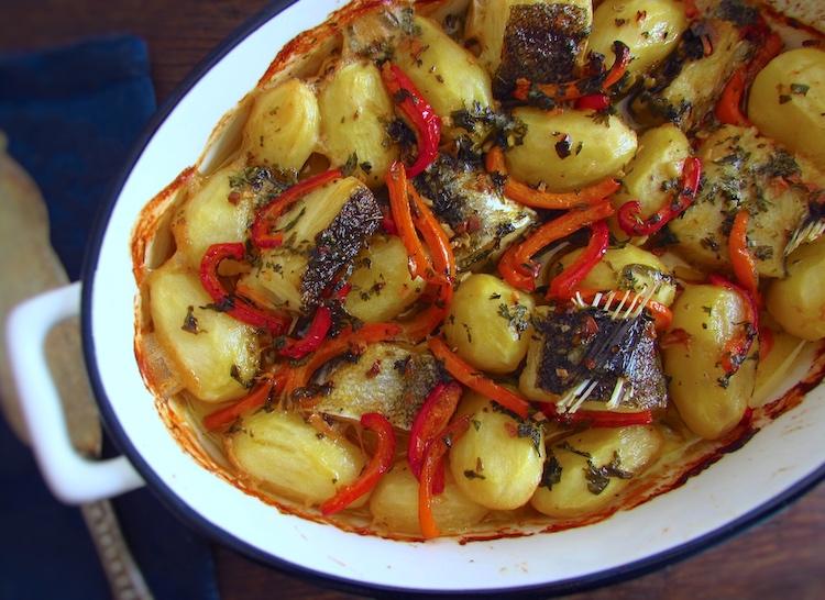 Bacalhau no forno regado com azeite numa assadeira