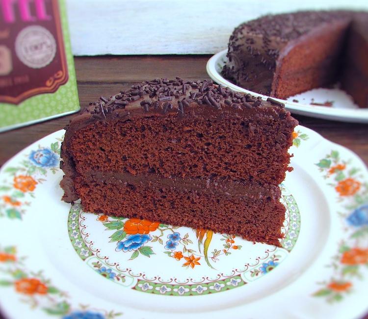 Fatia de bolo de brigadeiro num prato