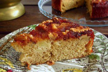 Fatia de bolo de maçã reineta e nozes num prato
