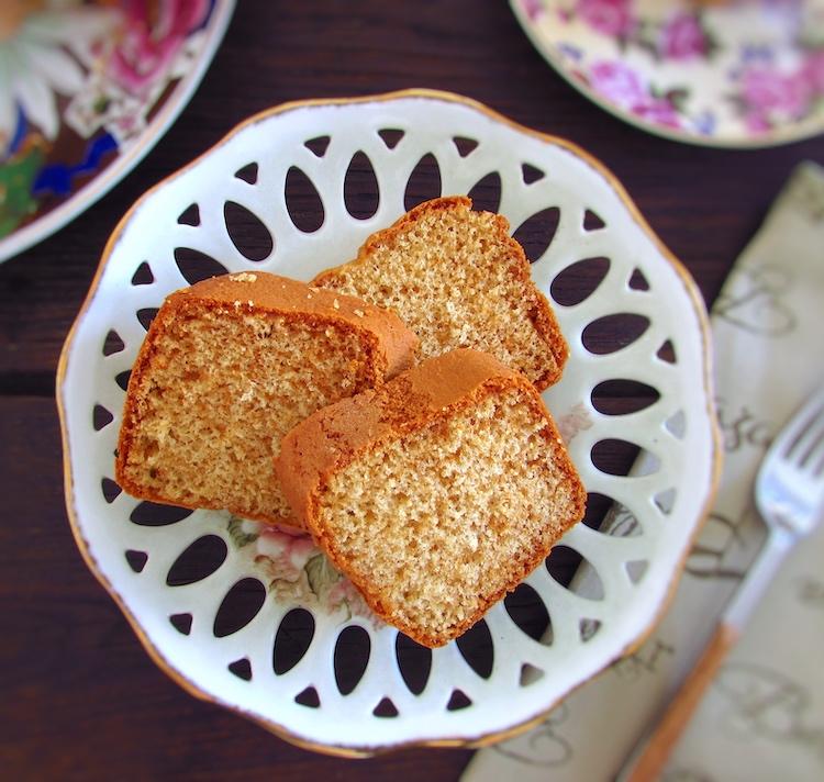 Fatias de bolo de mel num prato