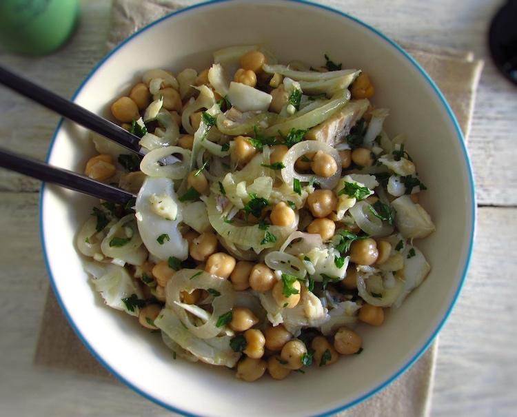 Salada de grão e bacalhau num prato