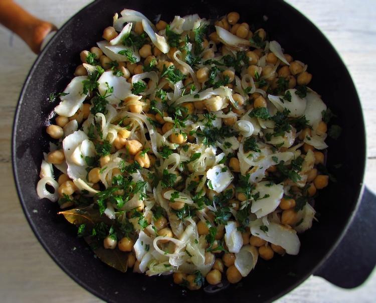 Salada de grão e bacalhau numa frigideira