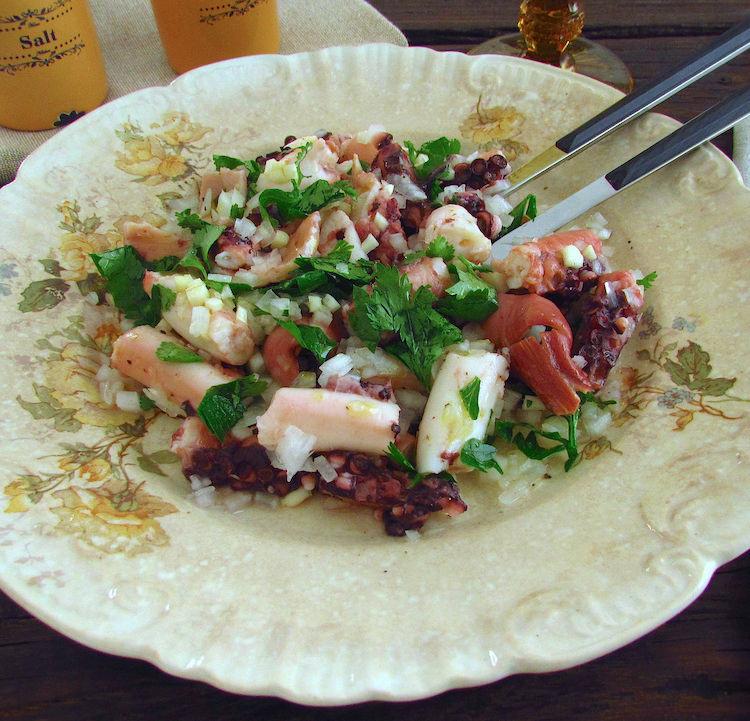 Salada de polvo num prato