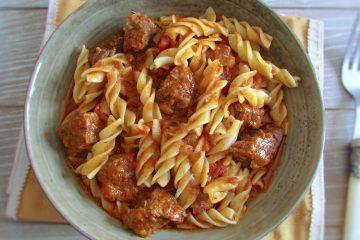 Carne estufada com massa num prato fundo