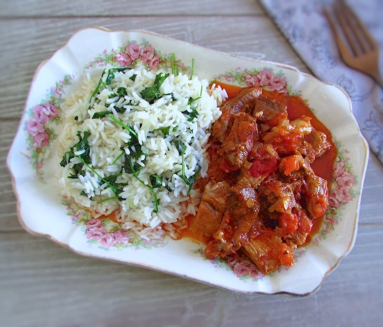 Carne de porco com arroz de coentros numa travessa