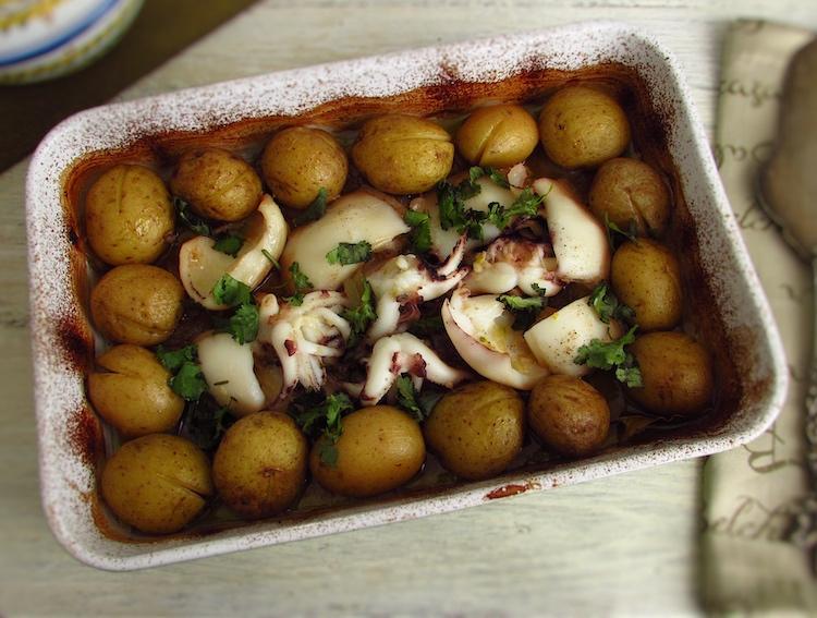 Chocos com batatas no forno numa assadeira