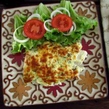 Filetes de peixe gratinados no forno com salada num prato