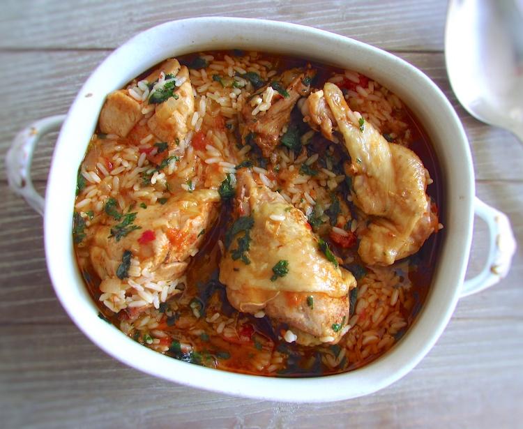 Frango guisado com arroz numa terrina