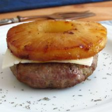 Hambúrguer com ananás num prato