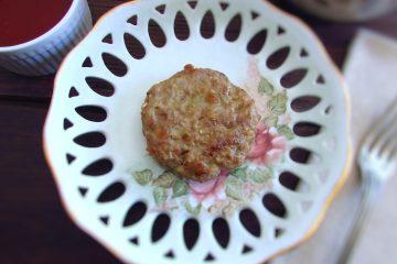 Hambúrguer com molho Americano num prato