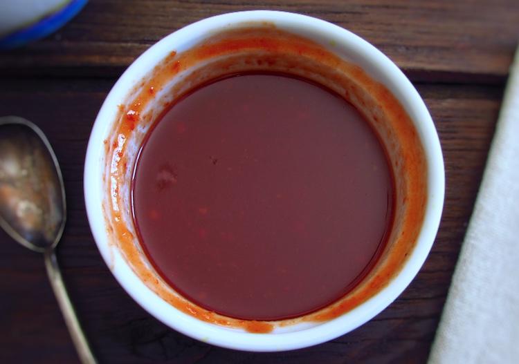 Molho de massa de pimentão, mel, mostarda e molho Inglês numa taça