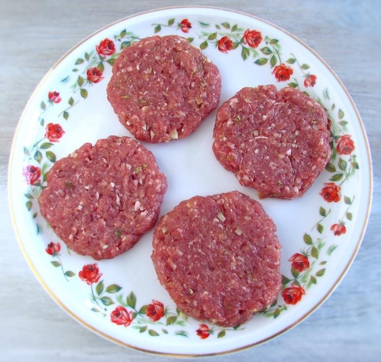 Hambúrgueres num prato