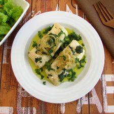 Lombos de pescada com coentros num prato