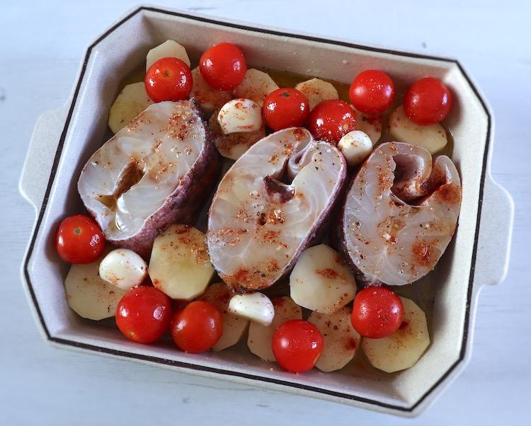 Maruca com batatas e tomate cherry numa assadeira