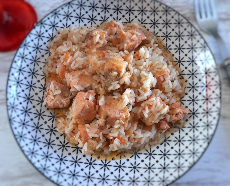 Salmão guisado com arroz num prato