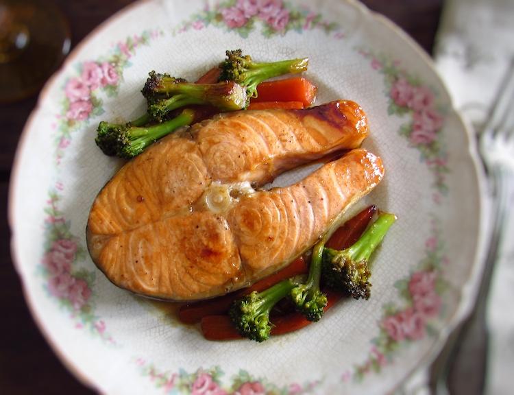 Salmão salteado com legumes num prato