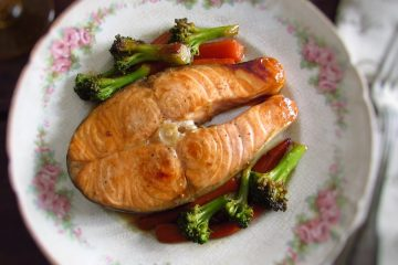 Sautéed salmon with vegetables on a plate