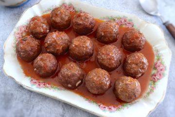 Almôndegas em molho de tomate numa assadeira