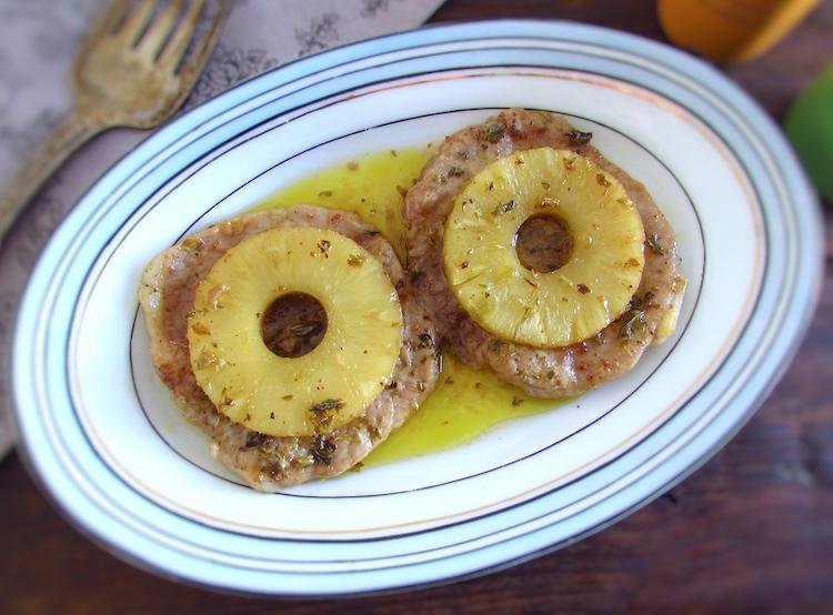Bifes com ananás numa travessa