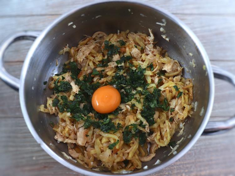 """Chicken """"à Brás"""" on a saucepan"""