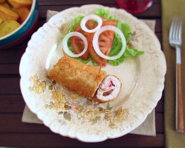 Panado recheado num prato