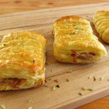 Folhados de atum e queijo numa tábua de madeira