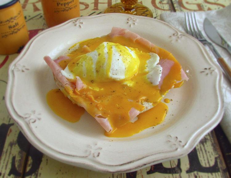 Ovos benedict num prato