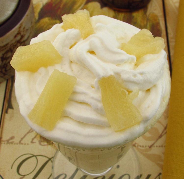 Batido de ananás e manga num copo