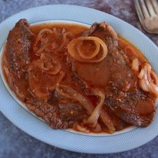 Bifes em molho de tomate numa frigideira