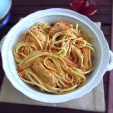 Frango guisado com esparguete numa terrina