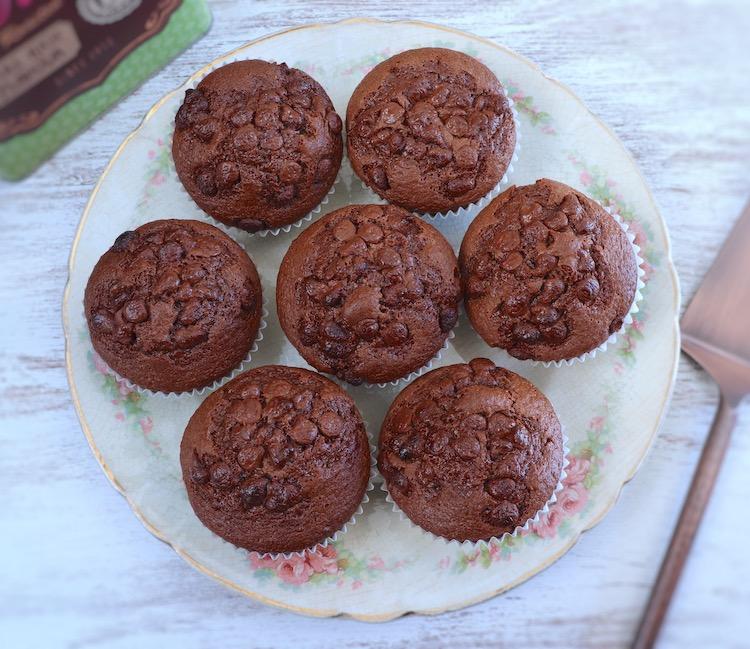 Queques de chocolate num prato