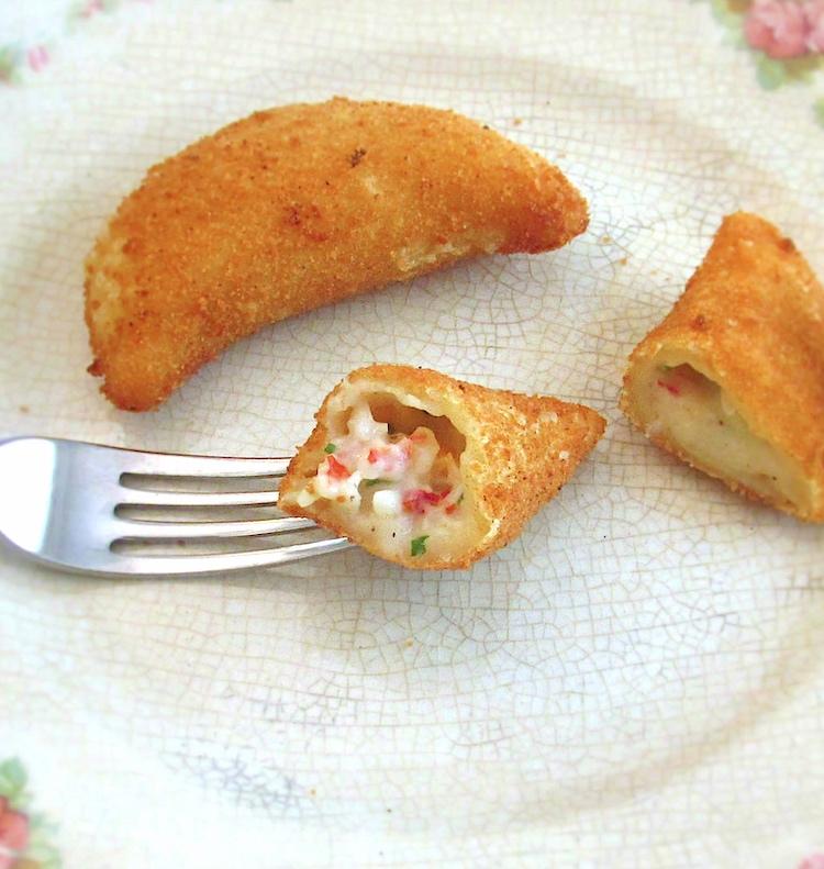 Rissóis de camarão num prato