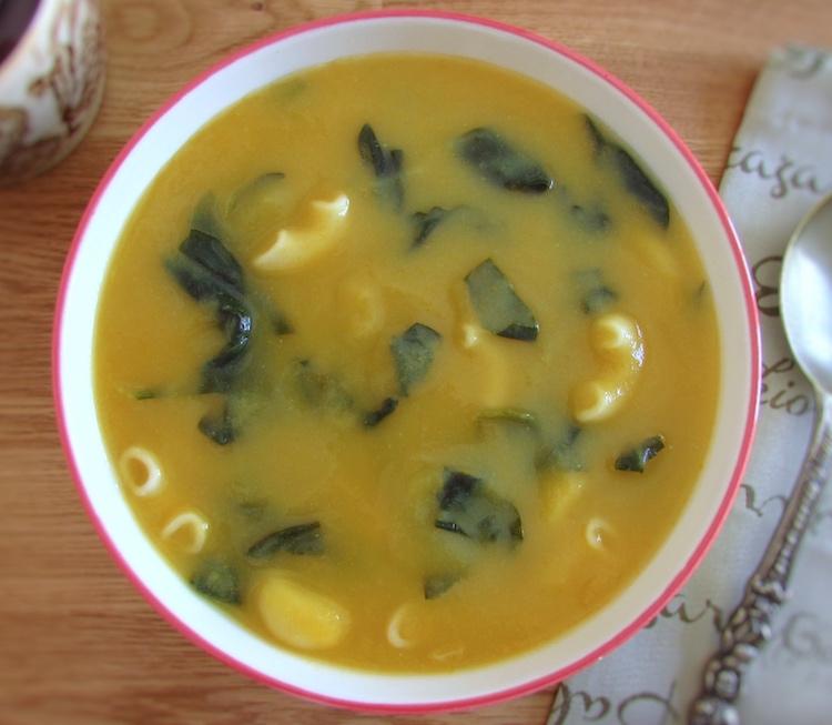 Sopa de espinafres com massa numa tigela de sopa