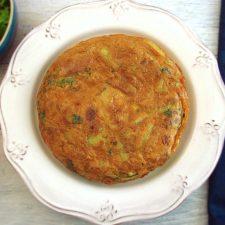 Tortilha de batata e atum num prato