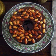 Gâteau aux bananes garni d'amandes caramélisées sur une assiette