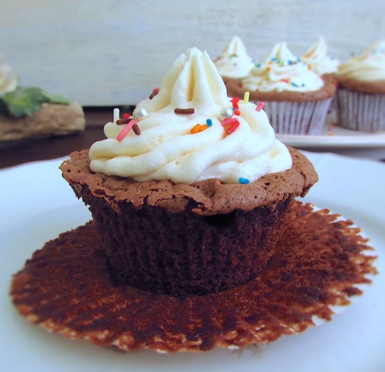 Cupcake de chocolate num prato