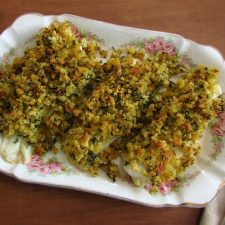Filetes no forno com broa de milho numa travessa