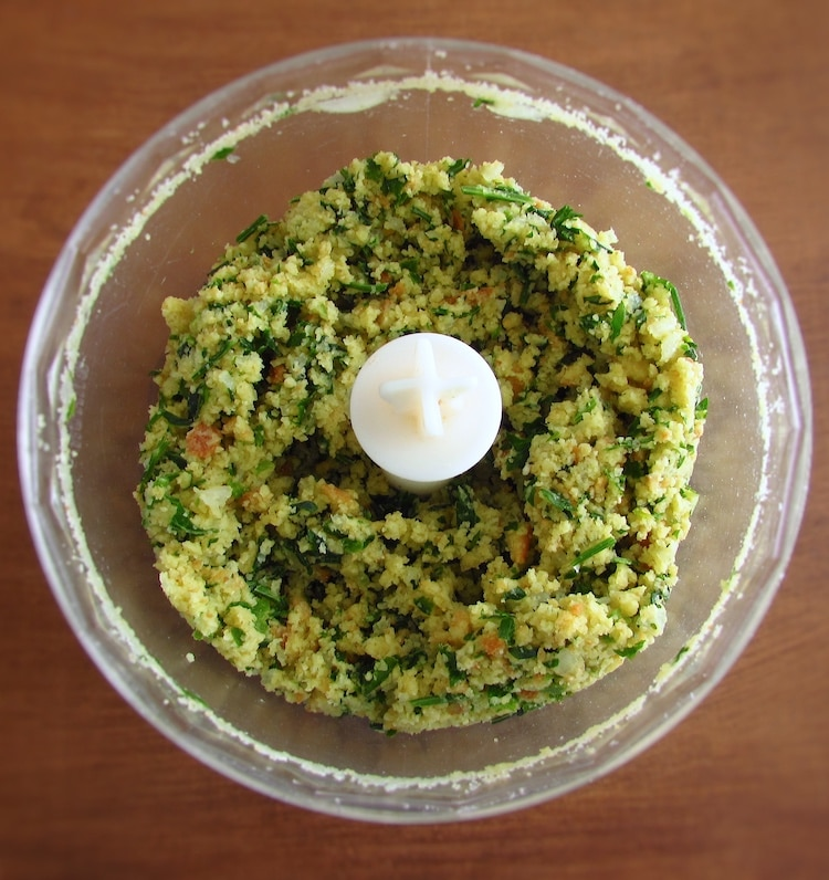 Chopped cornbread cut into pieces, coriander, parsley, the onion cut into pieces and the peeled garlic in a food processor