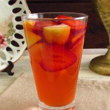 Limonada com morangos num copo