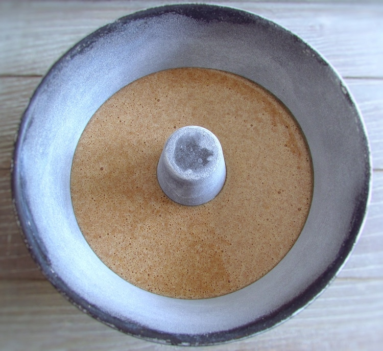 Massa de pão de ló de canela e limão numa forma de bolos redonda com furo no meio