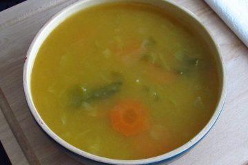 Sopa de legumes com couve lombarda numa tigela de sopa
