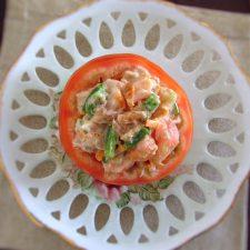 Tomates recheados com atum num prato