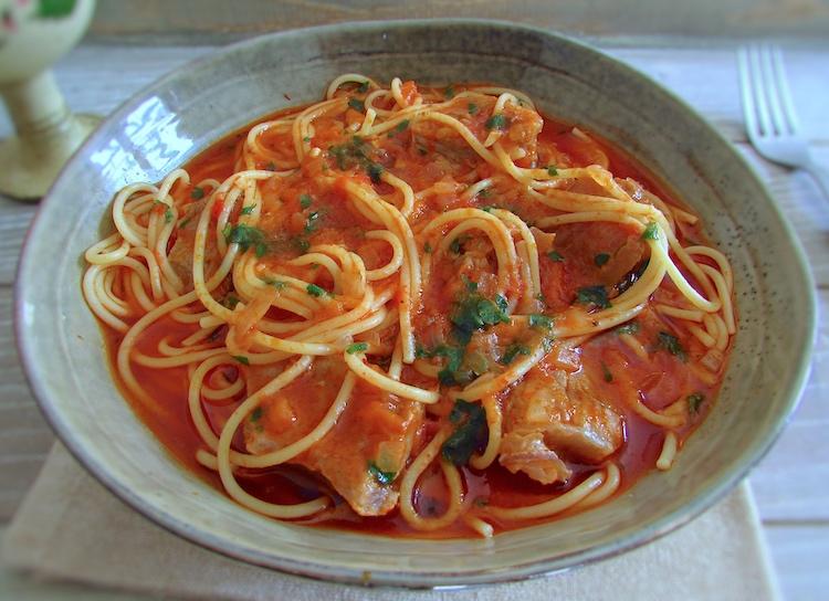 Carne guisada com esparguete num prato fundo