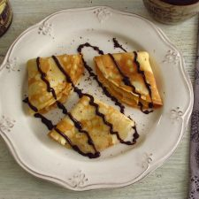 Crepes com chocolate num prato