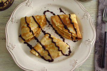 Crepes com chocolate num prato
